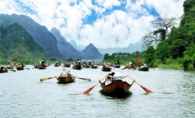 vietnam_halong_bay_scene_boats_traditional